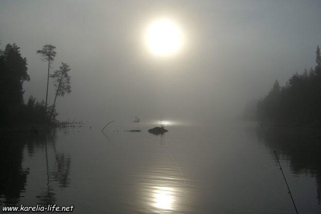 туман над озером в Карелии