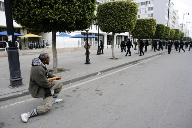 уличные беспорядки в Тунисе