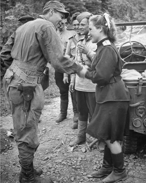 Американский солдат и военнослужащая Советской Армии